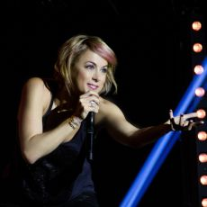 Comedian Iliza Shlesinger Talks Relationships, Late Night TV and Her New Netflix Special